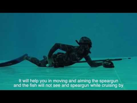 spearfishing tactics - moving and holding the speargun