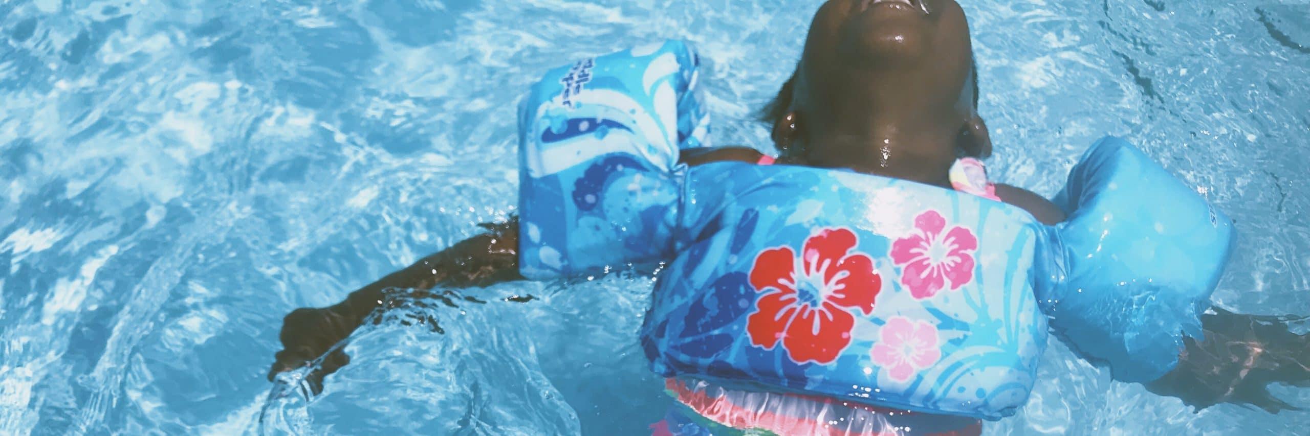 Luftmatratze zwei Luftkammern verschiedene Farben Sommer Frei Luft Spaß Wasser